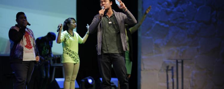 Rumput Sintetis Dekorasi ArtGrass menghijaukan panggung gereja KGC GBI Rock Surabaya